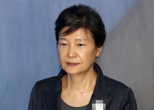 박근혜 前대통령, 코로나 확진 구치소 직원과 밀접접촉…PCR 검사